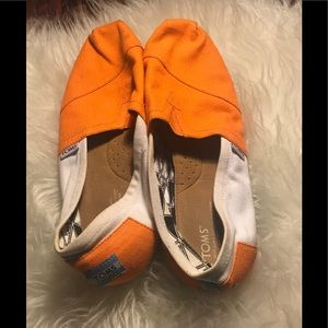 Toms Orange and white canvas flat size 9
